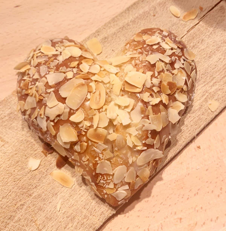 Herz aus Briocheteig mit Mandelglasur